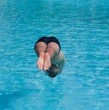 Der Schwimmer springend in Wasser Stockfotografie