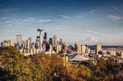 Der Seattle-Skyline und Mount Rainier stockfotos