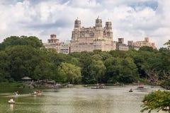 Der See Central Park und das Beresford New York Stockfotografie