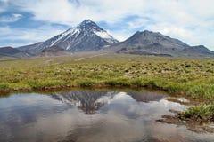 der See am Fuß des Vulkans stockbilder