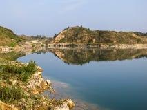 Der See unter den Felsen Stockfoto