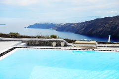 Der Seeansicht-Swimmingpool im Luxushotel Stockfotografie