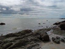 Der Seefelsen auf dem Strand Stockfoto