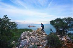 Der Seehorizont, der Tourist auf dem Felsen Stockfotografie