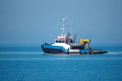 Der Seeschlepper kommt aus den Hafen heraus lizenzfreies stockfoto