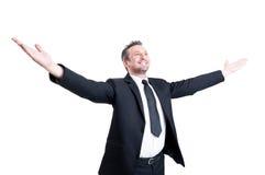 Der sehr erfolgreiche Geschäftsmann, der Arme öffnen ausdehnt weit sich Lizenzfreies Stockfoto