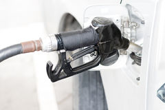 der Selbstpumpende Benzinbrennstoff im Auto an der Tankstelle Stockfotos