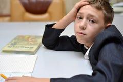 Der selektive Fokus des kleinen Jungen lernend, wie man seinen Namen, Kinderstudie zu Hause, Kinder tun Hausarbeit zu Hause, Konz stockfotos