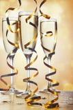 Der Serpentin im Hintergrund der Flöten des Champagners in h Lizenzfreies Stockfoto