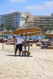Der Sicherheitsbeamte am Strand des Hotels stockfoto