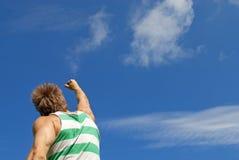 Der Sieger. Sportlicher Kerl mit seinem Arm hob in Freude an. Lizenzfreie Stockfotografie