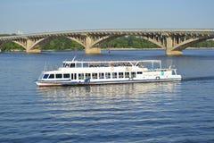 Der Sightseeing-Tour durch Wasser in Kyiv (Ukraine) Lizenzfreies Stockbild