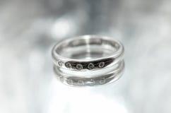 Der silberne Ring der Frauen mit einem Diamanten Stockfotografie