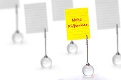 Der silberne Visitenkarte-Halter mit gelber Papieranmerkung mit machen stockfotografie