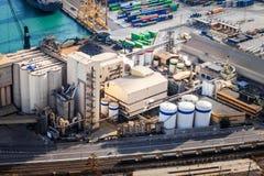 Der Silo Aufzug im FrachtSeehafen mit einer Eisenbahn Lizenzfreie Stockfotografie