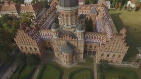 Der Sitz der Chernivtsi-Staatsangeh?rig-Universit?t Priesterseminar-Kirche der drei Heiligen aerial stock footage