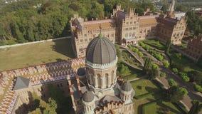 Der Sitz der Chernivtsi-Staatsangeh?rig-Universit?t Priesterseminar-Kirche der drei Heiligen aerial stock video