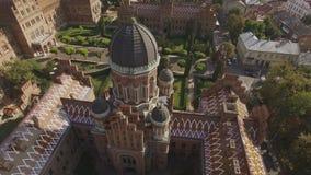 Der Sitz der Chernivtsi-Staatsangeh?rig-Universit?t Priesterseminar-Kirche der drei Heiligen aerial stock video footage