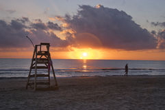 Der Sitz des Leibwächters auf einem spanischen Strand bei Sonnenaufgang stockfotografie