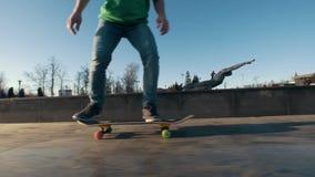 Der Skateboardfahrer draußen gesprungen auf die Rampe stock footage