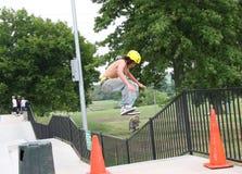 Der Skateboardfahrer hoch springend Lizenzfreie Stockbilder