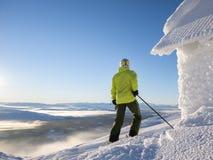 Der Skifahrer, der heraus über teils Wolke schaut, deckte Tal ab Lizenzfreie Stockfotos