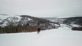 Der Skifahrer genießt idyllisches perfektes Wetter am Wintertag für Erholung Ski fahrend hinunter den frischen gepflegten Piste stock footage