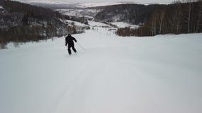 Der Skifahrer genießt idyllisches perfektes Wetter am Wintertag für Erholung Ski fahrend hinunter den frischen gepflegten Piste stock video