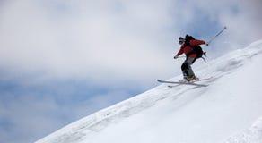 Der Skifahrer hoch springend Stockfotos