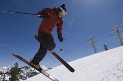 Der Skifahrer springend in mitten in der Luft stockfoto