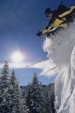 Der Skifahrer springend von der Schnee-Bank lizenzfreie stockbilder