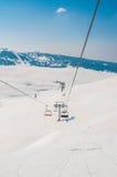 Der Skilifte durings helle Wintertag stockfotografie