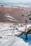 Der Skilifte durings helle Wintertag lizenzfreie stockfotos