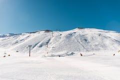 Der Skilifte durings helle Wintertag lizenzfreies stockbild