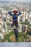 Der Skydiver springend vom Kiloliter-Kontrollturm Stockbild