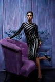 Der Smoking-Spitzenhohen absätze des schönen sexy jungen Geschäftsfrau-Haarabendmakes-up geht tragende Schuh-Geschäftskleidung fü Lizenzfreie Stockfotografie