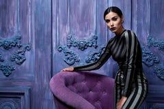 Der Smoking-Spitzenhohen absätze des schönen sexy jungen Geschäftsfrau-Haarabendmakes-up geht tragende Schuh-Geschäftskleidung fü Lizenzfreie Stockfotos