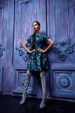 Der Smoking-Spitzenhohen absätze des schönen sexy jungen Geschäftsfrau-Haarabendmakes-up geht tragende Schuh-Geschäftskleidung fü Stockbilder