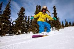 Der Snowboarder, der eine Zehenseite tut, schnitzen Stockbilder