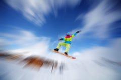 Der Snowboarder hoch springend lizenzfreie stockfotos