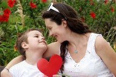 Der Sohn und die Mutter im Park. Lizenzfreie Stockbilder