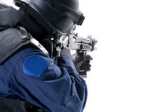 Der Soldat, der die Waffe anhält Lizenzfreies Stockfoto