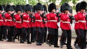 Der Soldat der Königin an Geburtstags-Wiederholung Parade der Königin stock video footage