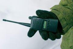 Der Soldat hält ein Funksprechgerät stockfoto