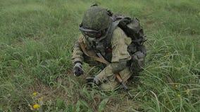 Der Soldat lädt Patronenmaschinengewehrband in einem Fach auf stock video
