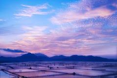 Der Sonnenaufgang mit cloudland und Ackerland Lizenzfreies Stockfoto