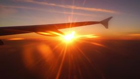 Der Sonnenaufgang mit einem Flügel stock video