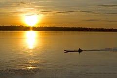 Der Sonnenaufgang mit einem Schiff Lizenzfreie Stockbilder