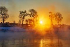 Der Sonnenaufgangflußufer (Jilin-Raureifinsel) Lizenzfreies Stockfoto