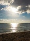 Der Sonnenglanz durch das Wolkenmeer Lizenzfreie Stockbilder